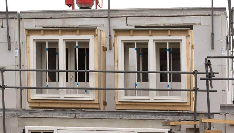 Uitbouw in aanbouw zijkant woning